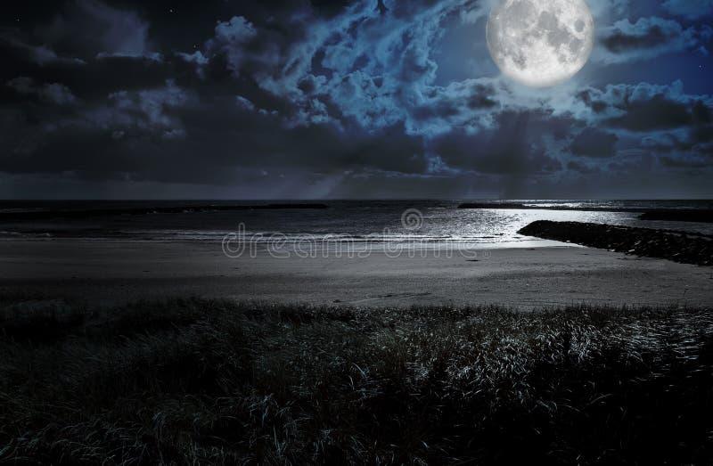 Luna sopra l'oceano immagini stock