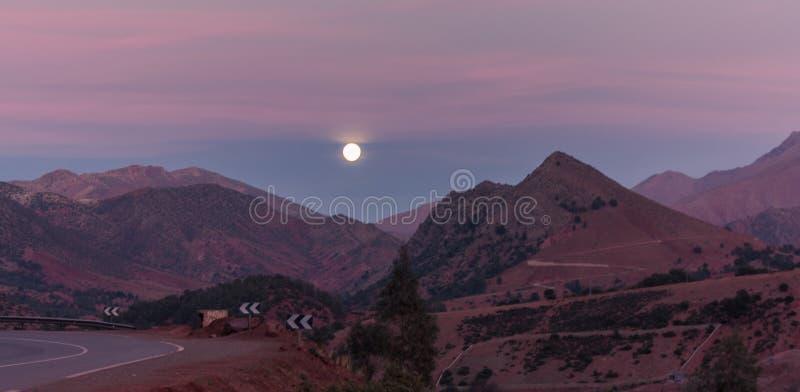 Luna sopra le montagne fotografia stock libera da diritti