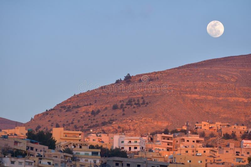 Luna sopra Wadi Musa, Giordania fotografia stock libera da diritti