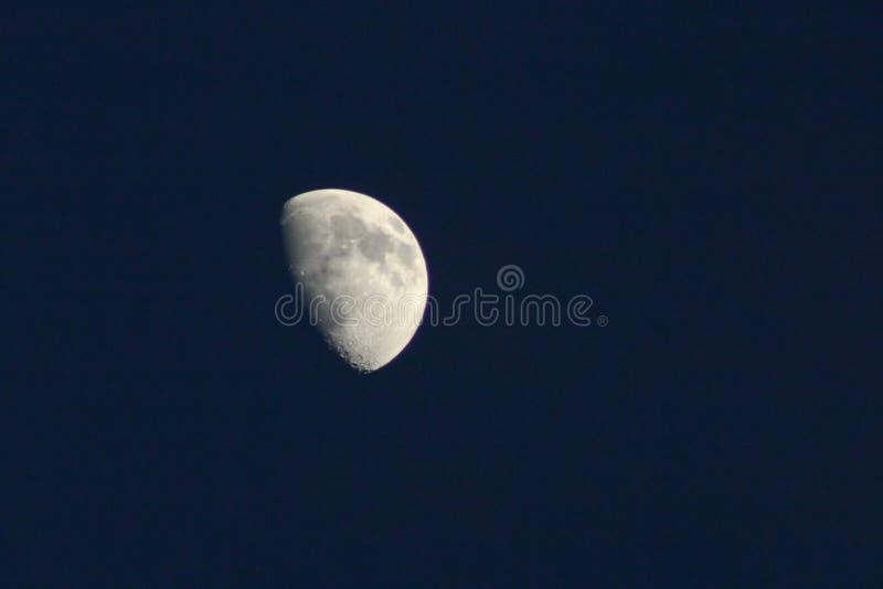 Luna in un cielo scuro fotografia stock