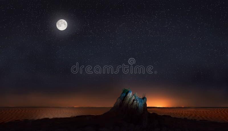 Luna y estrellas sobre piedra en desierto imágenes de archivo libres de regalías