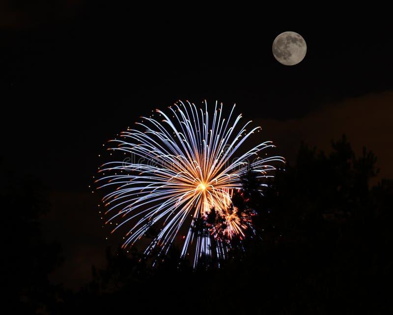 Luna y fuegos artificiales imagenes de archivo