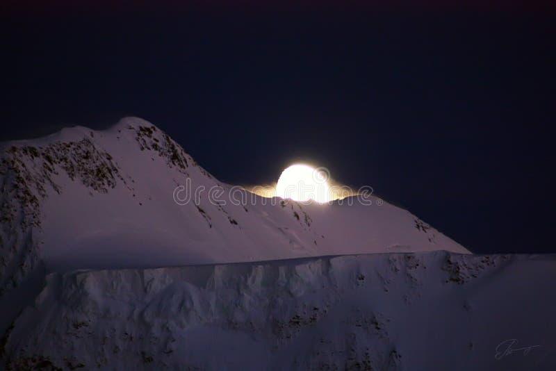 Luna y montaña imágenes de archivo libres de regalías