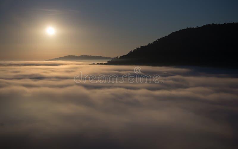 Luna y niebla por la mañana con la montaña en Khao Kho, Tailandia imagenes de archivo
