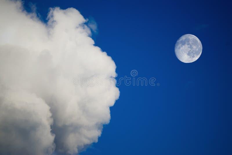 Luna y nubes imagen de archivo