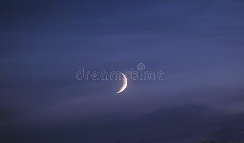 Luna y nubes azules después de la puesta del sol fotos de archivo libres de regalías