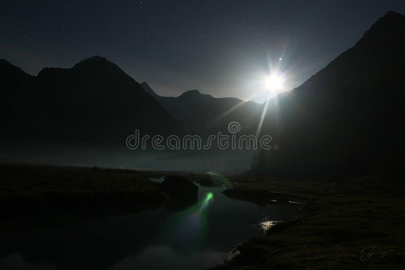 Luna y río de la noche fotografía de archivo