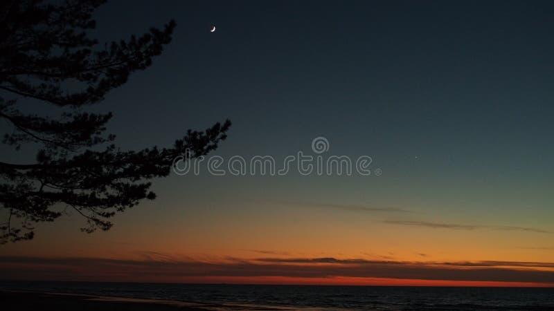 Luna y Venus observando después de puesta del sol fotografía de archivo