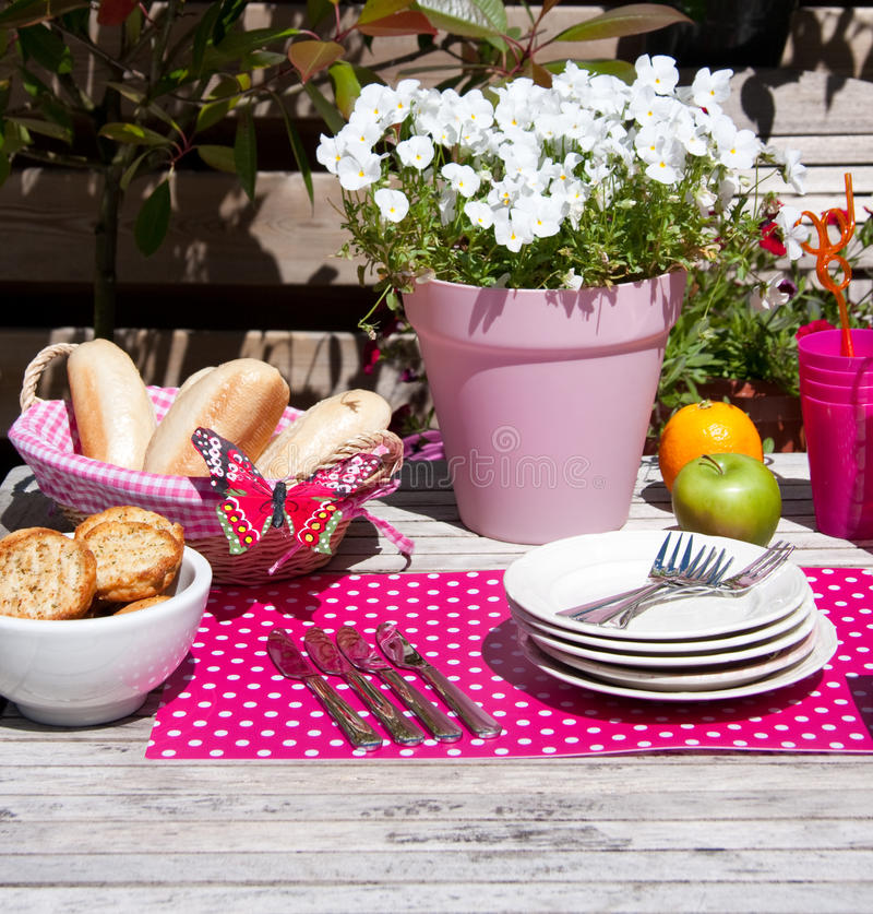 lunch in de de zomertuin stock foto