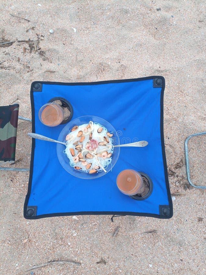 Lunch door het overzees, toerist meubilair vouwen, stoelen en een lijst die royalty-vrije stock fotografie