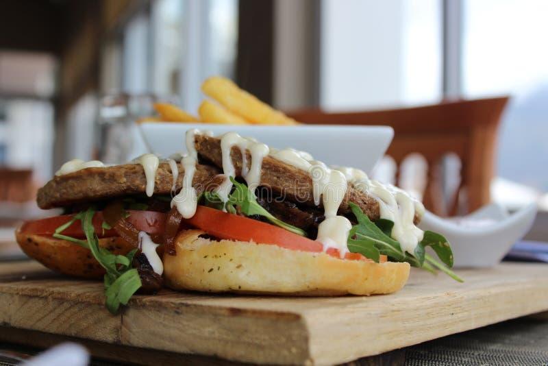 Lunch - een hamburger en spaanders als geen andere stock foto