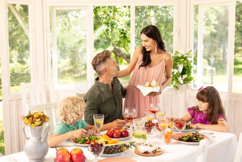 Lunch för familj för förälderkänsla gladlynt tyckande om på helgen arkivbild