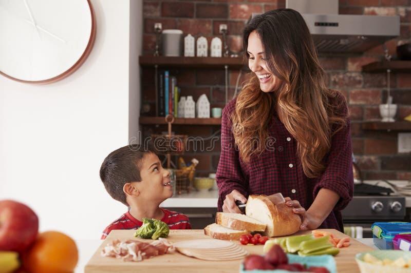 Lunch för moder- och sondanandeskola i kök hemma royaltyfri fotografi