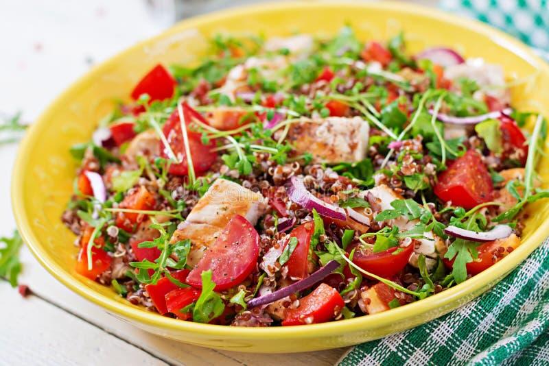 Lunch för salladbunke med den grillade höna och quinoaen arkivbild