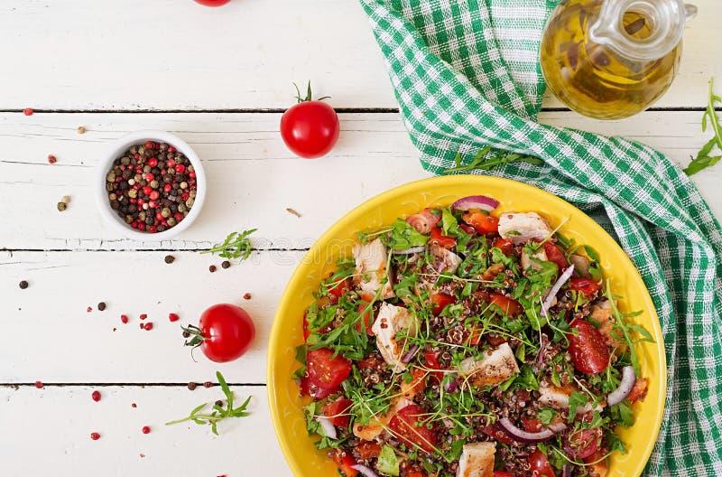 Lunch för salladbunke med den grillade höna och quinoaen, tomat royaltyfri fotografi