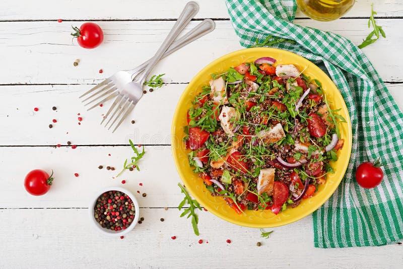 Lunch för salladbunke med den grillade höna och quinoaen, tomat fotografering för bildbyråer