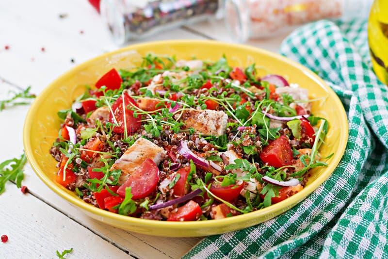 Lunch för salladbunke med den grillade höna och quinoaen, tomat, söta peppar royaltyfri bild