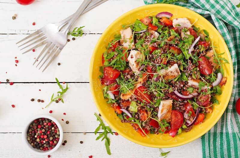 Lunch för salladbunke med den grillade höna och quinoaen, tomat, söta peppar arkivfoto