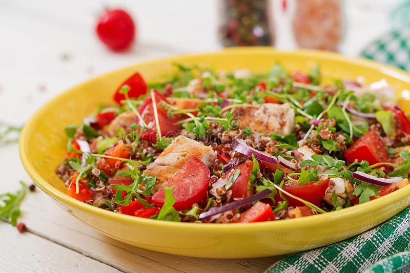 Lunch för salladbunke med den grillade höna och quinoaen, tomat, söta peppar arkivbild