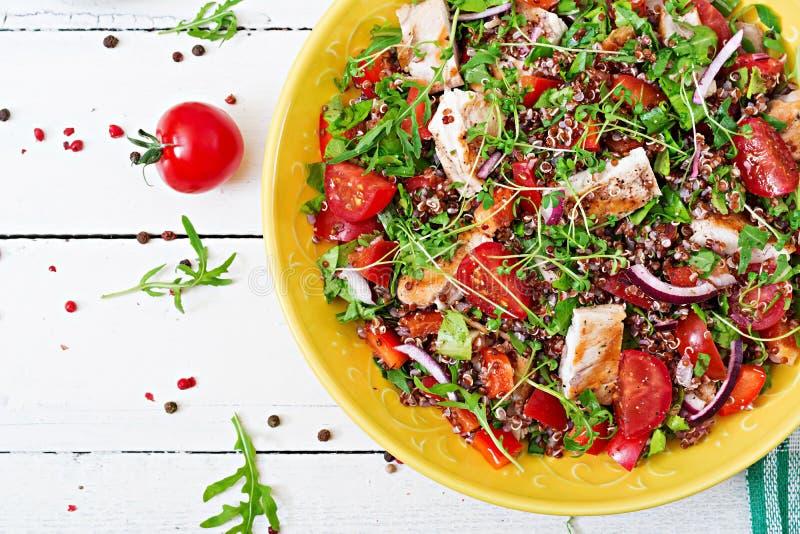 Lunch för salladbunke med den grillade höna och quinoaen, tomat, söta peppar royaltyfria foton