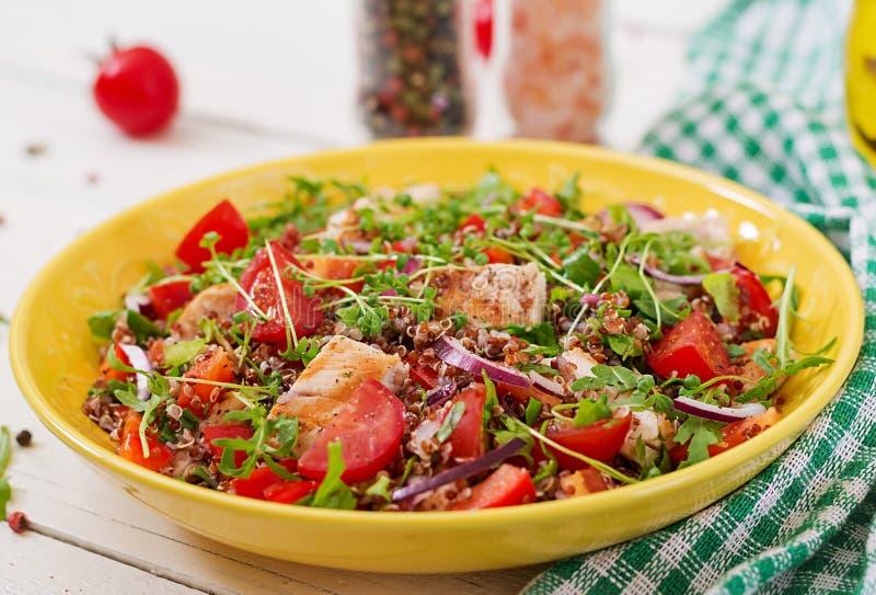 Lunch för salladbunke med den grillade höna och quinoaen, tomat, söta peppar, röda lökar royaltyfri fotografi