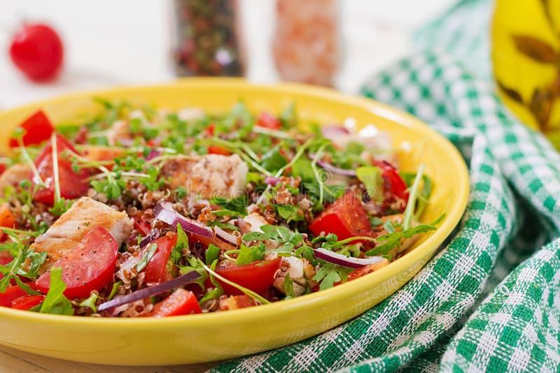 Lunch för salladbunke med den grillade höna och quinoaen, tomat, söta peppar, röda lökar royaltyfria foton