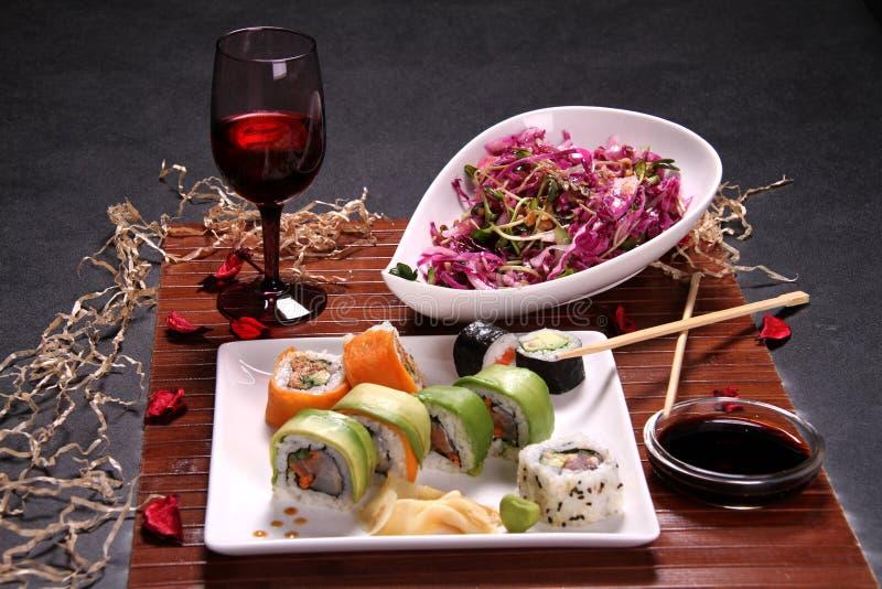 Lunch med vin-, sushi- och kotlettstik royaltyfri bild