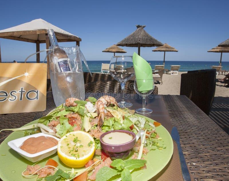 Lunch op het strand royalty-vrije stock afbeelding