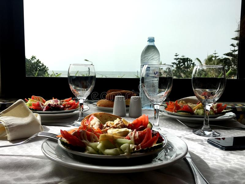 Lunch på en restaurang på havet lunchmat, lunch på stranden, royaltyfri bild