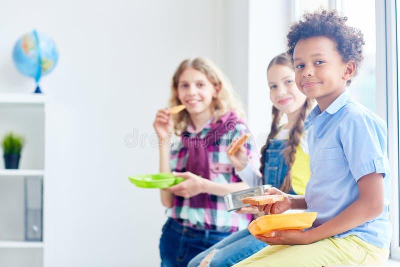 Lunch på skolar royaltyfria foton