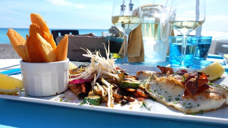 Lunch på stranden av den trevliga staden, franska Riviera royaltyfria foton