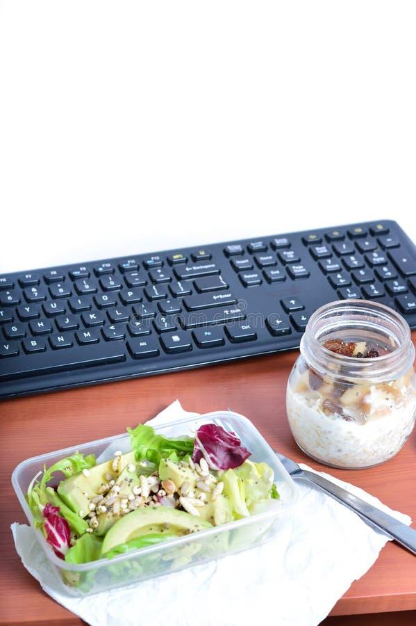 Lunch przy twój biurkiem przy pracą zdrowe jeść zdjęcie stock
