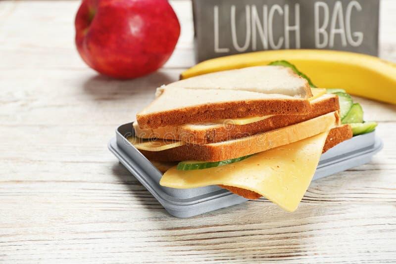 Lunchask med den smakliga smörgåsen arkivbild