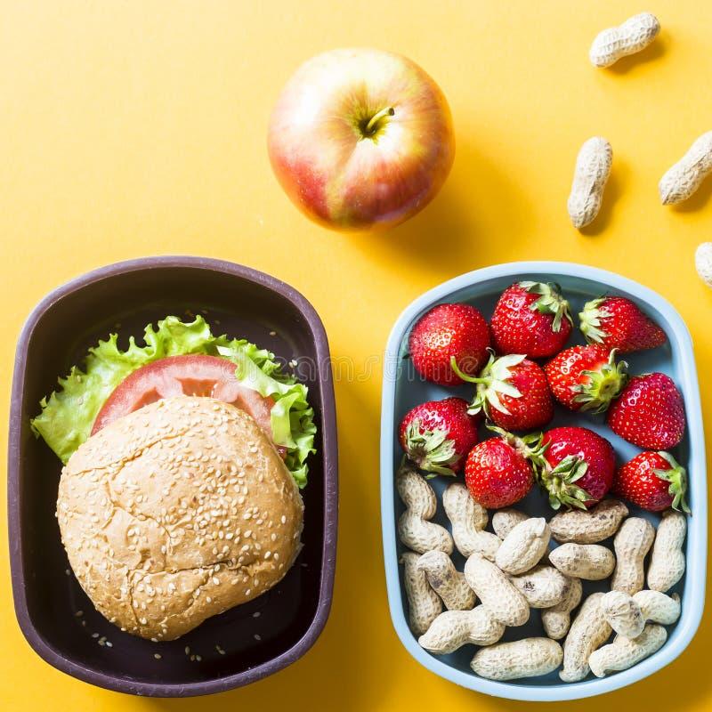 Lunchbox con alimento per il bambino immagine stock libera da diritti