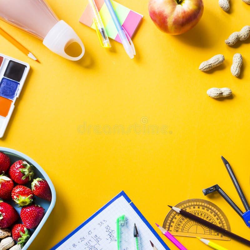 Lunchbox con alimento per il bambino immagini stock libere da diritti