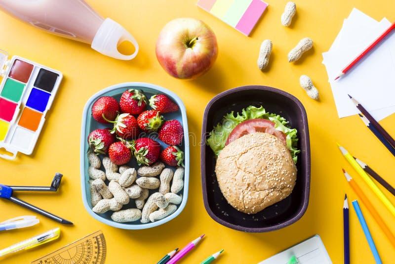 Lunchbox z jedzeniem dla dziecka obrazy royalty free