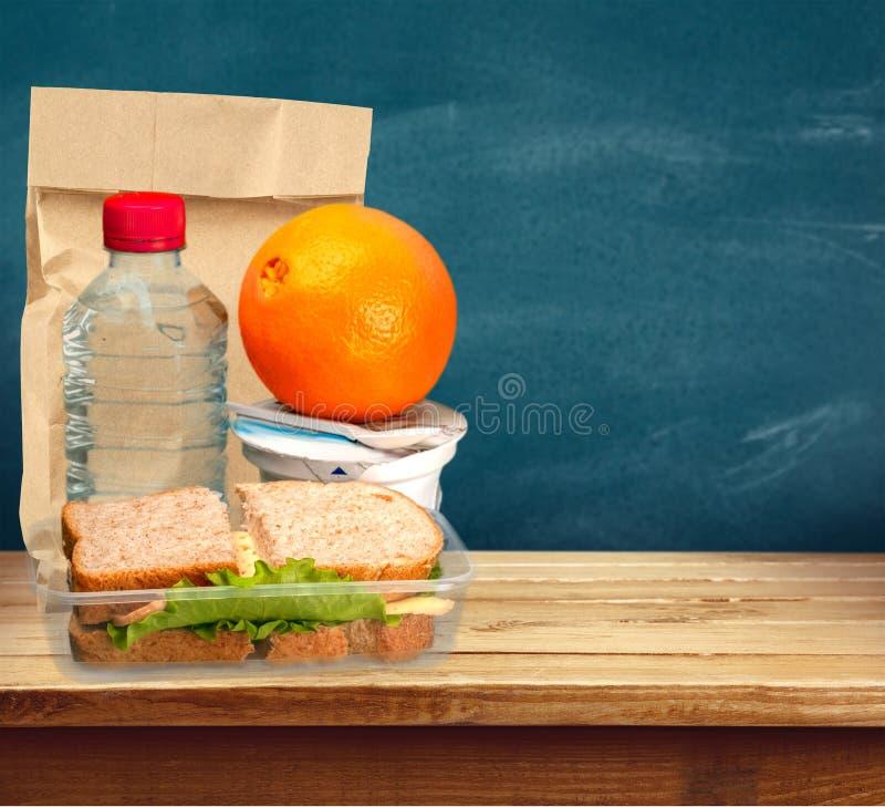 Lunchbox z pomarańcze na stołowym tle zdjęcie royalty free