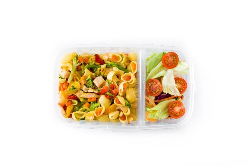 Lunchdoos met gezond voedsel klaar te eten Deegwarensalade op witte achtergrond wordt geïsoleerd die stock fotografie