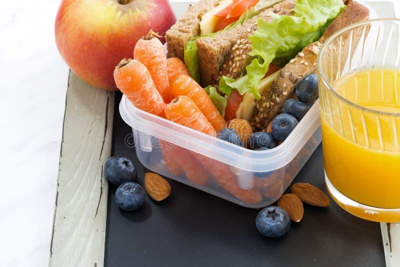 lunchdoos met sandwich van volkorenbrood op bord stock foto