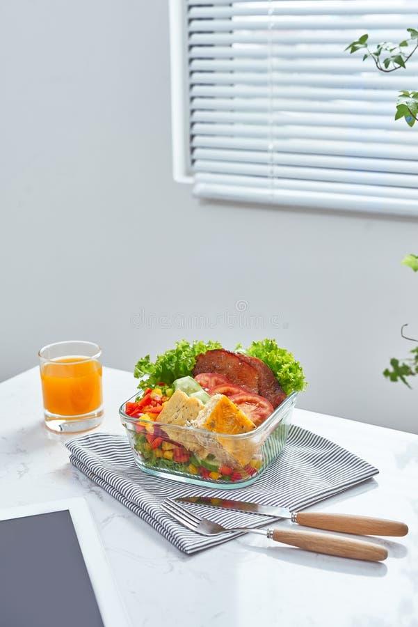 Lunchdoos op het werkplaats van werkend bureau, Gezonde etende schone FO royalty-vrije stock foto's