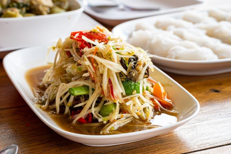 Lunchen av thail?ndsk matpapayasallad, Somtumen, kryddig anstrykning och nudlar p? tabellen arkivbilder