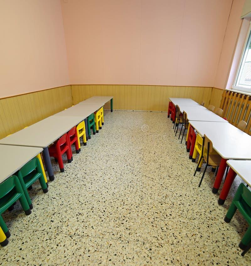 Lunchroom con le tavole e le piccole sedie per i bambini fotografie stock libere da diritti