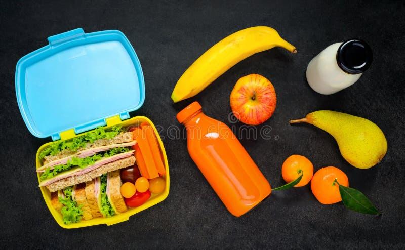 Lunchu pudełko z jedzeniem i napojem fotografia royalty free