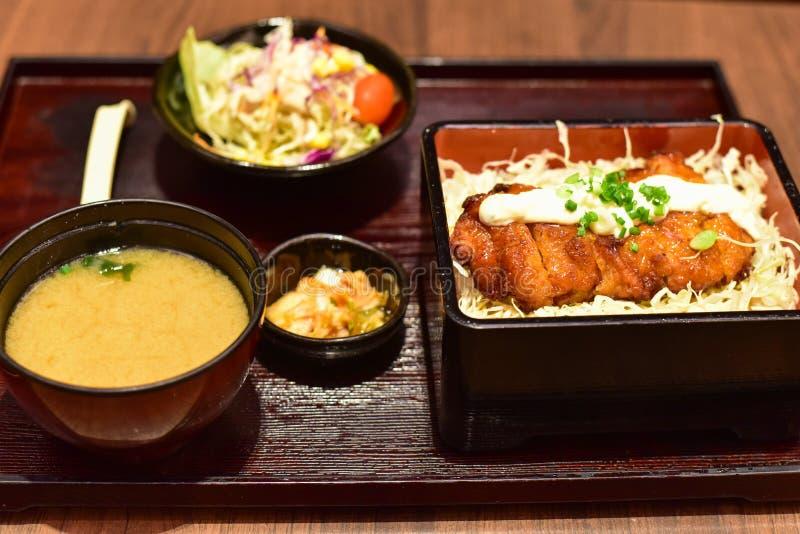 Lunchuppsättning av japanska ris som överträffas med Teriyaki höna arkivfoto