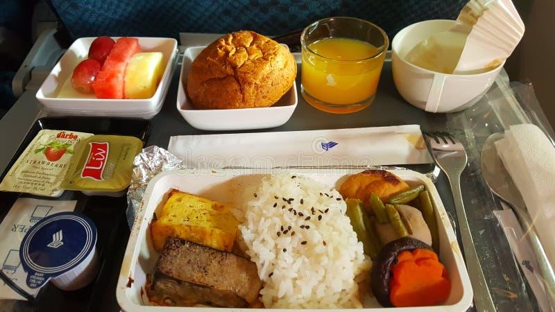 Lunchuppsättning i flykten för mat och Singapore Airlines för service ombord royaltyfri fotografi