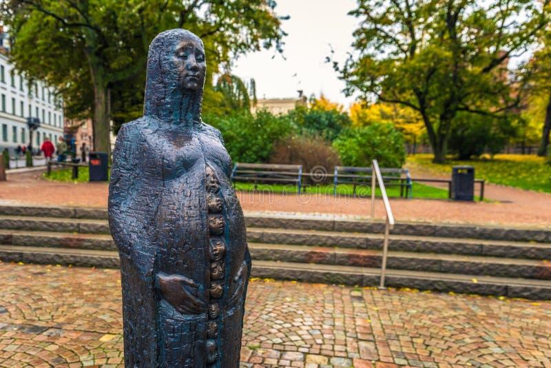 Lund - 21 ottobre 2017: Statua di fertilità nel Central Park di Lund, Svezia fotografia stock