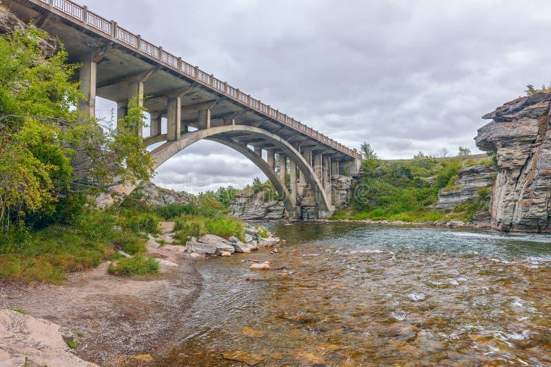 Lundbreck faller bron över den Crowsnest floden albertan Kanada fotografering för bildbyråer