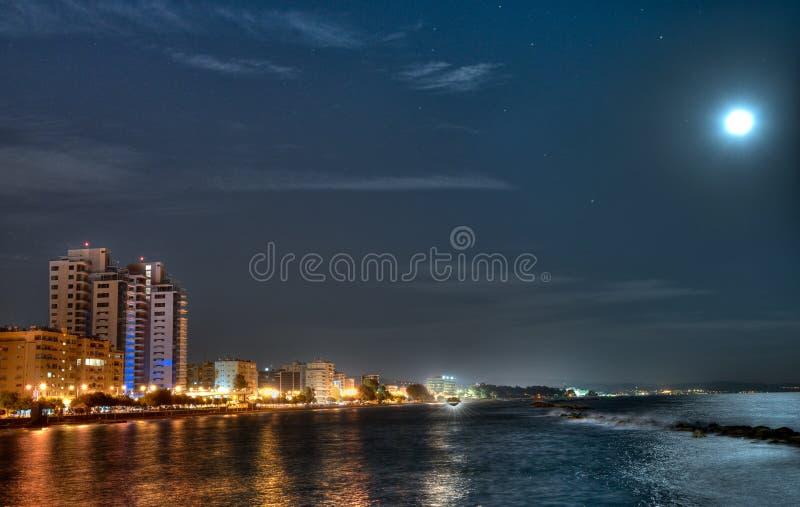 Lune au-dessus de baie de Limassol photos libres de droits