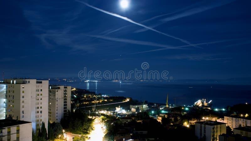 Lune au-dessus de compartiment de Kvarner image stock