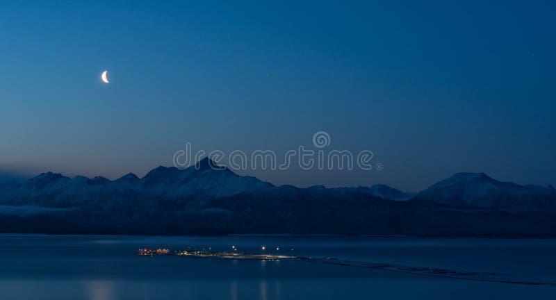 Lune au-dessus de Homer Spit la nuit sans nuages proche photographie stock